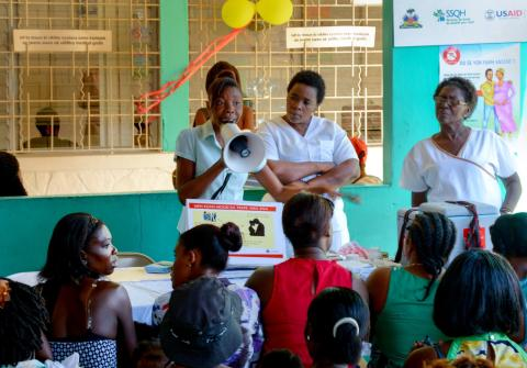 A health worker instructs new mothers on how to prevent Zika in Port au Prince. / Danielle Sofia Randall-L'Estrange, Jhpiego